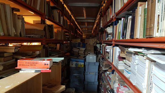 Tussen sommige rekken staan nog palletten vol met boeken die nooit zijn uitgepakt.