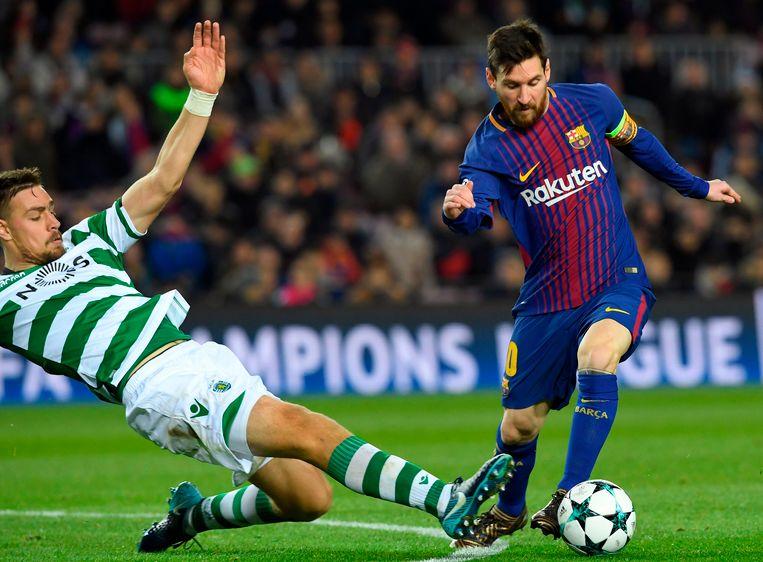 Sebastien Coates (L) probeert Lionel Messi hier af te stoppen.
