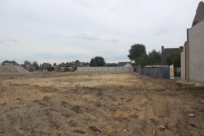 Het braakliggende terrein aan de Esdoornstraat waar de woningen vanaf 2020 verrijzen.