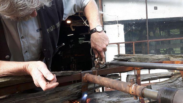 Kunstenaar Edwin Degelin had heel wat werk om zijn boot te herstellen na de vandalenstreken.