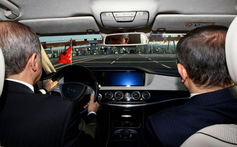 Erdogan rijdt Davutoglu in zijn presidentiële auto. Beeld ap
