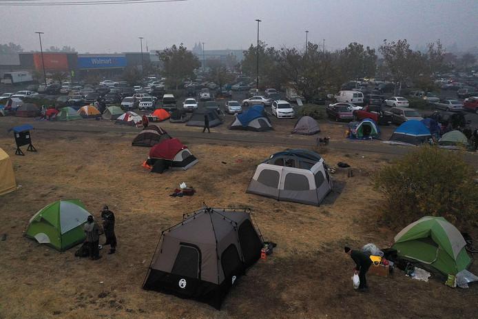 In de stad Chico is op een parkeerterrein van een Walmart-warenhuis een tentenkamp opgeslagen voor geëvacueerden.
