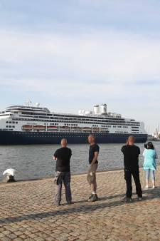 Gedenkwaardig moment: Cruiseschip Rotterdam vaart nog één keer toeterend de stad in