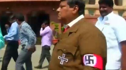 VIDEO. Indisch politicus verkleedt zich als Hitler