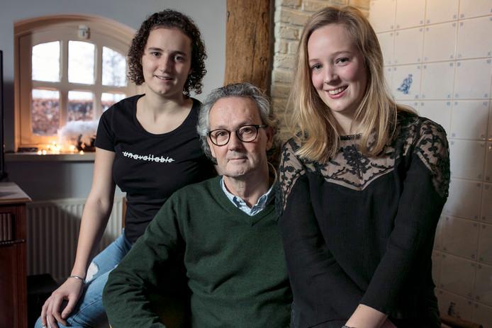 Fleur (links) en Laurie met hun vader Leo van Grinsven.
