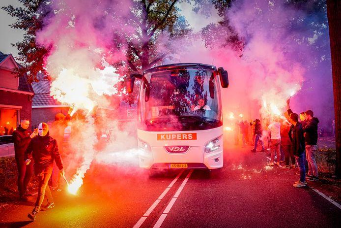 Fans van Willem II verwelkomen de spelersbus.