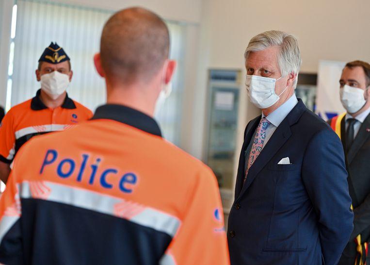 Koning Filip bracht donderdag een bezoek aan het hoofdkantoor van de politie van Namen.  Binnenin droeg iedereen, de koning incluis, mondmaskers.