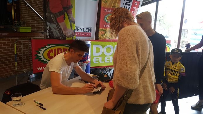 Wout van Aert was druk in de weer met het uitdelen van handtekeningen.