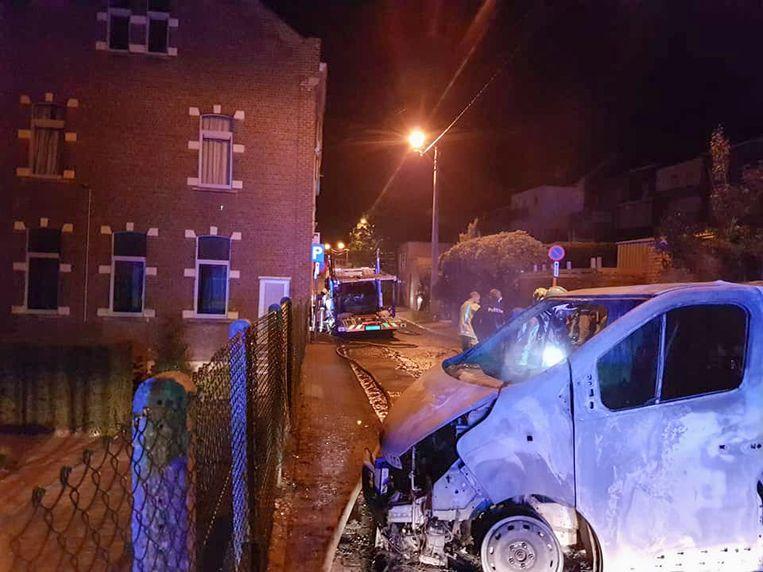 Door de brandende vloeistoffen vloog ook de vrachtwagen naast het schoolgebouw in brand.