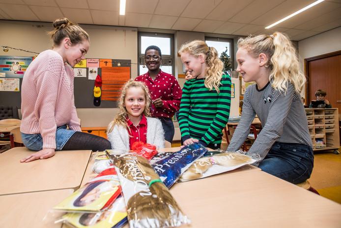 Elke, Marie-Jolie, Alice, Puk en Sam (vlnr) bereiden de kerstactie van basisschool De Elstar in Elst voor.