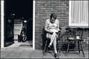 Een vrouw, lezend in de Kruidenbuurt.