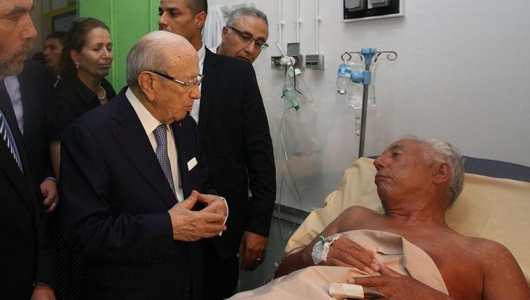De Tunesische president Beji Caid Essebsi bezoekt een slachtoffer van de schietpartij in Sousse. Beeld afp