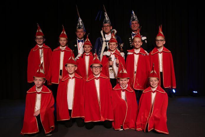 De nieuwe jeugdprins, adjudant en ceremoniemeester geflankeerd door hun volwassen collega's en de leden van de Jeugdraad van XI.