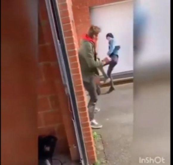 In een verlaten steegje krijgt het slachtoffer rake trappen en slagen.