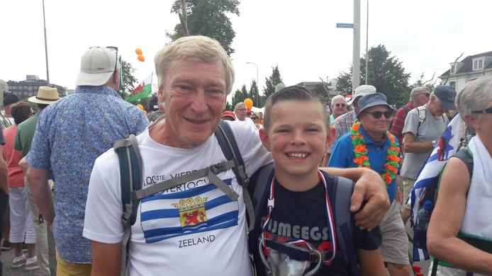 """Ruud van Berkel (66) en Seldon Dirksen (11) uit Rilland. Seldon: ,,Het allerleukste van de Vierdaagse? 'Al het snoep dat ik van de toeschouwers krijg."""""""