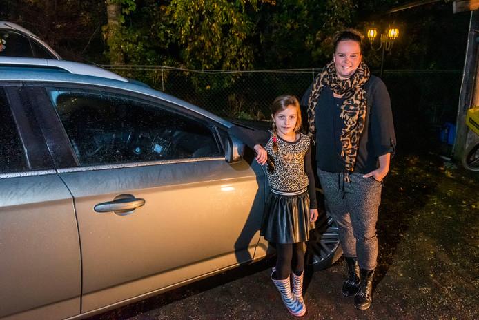 Dochter Lisa alarmeerde Dinja Vermeer zondagavond: 'Hee mam, er zit een mevrouw in je auto', riep ze. Vermeer aarzelde geen moment en greep ze de vrouwelijke inbreker in de kraag.