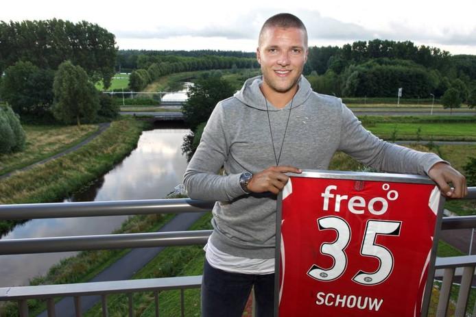 Rik Schouw poseert op zijn balkon met het shirt dat hij droeg tijdens zijn debuut in het eerste van PSV. johan wouters/pix4profs