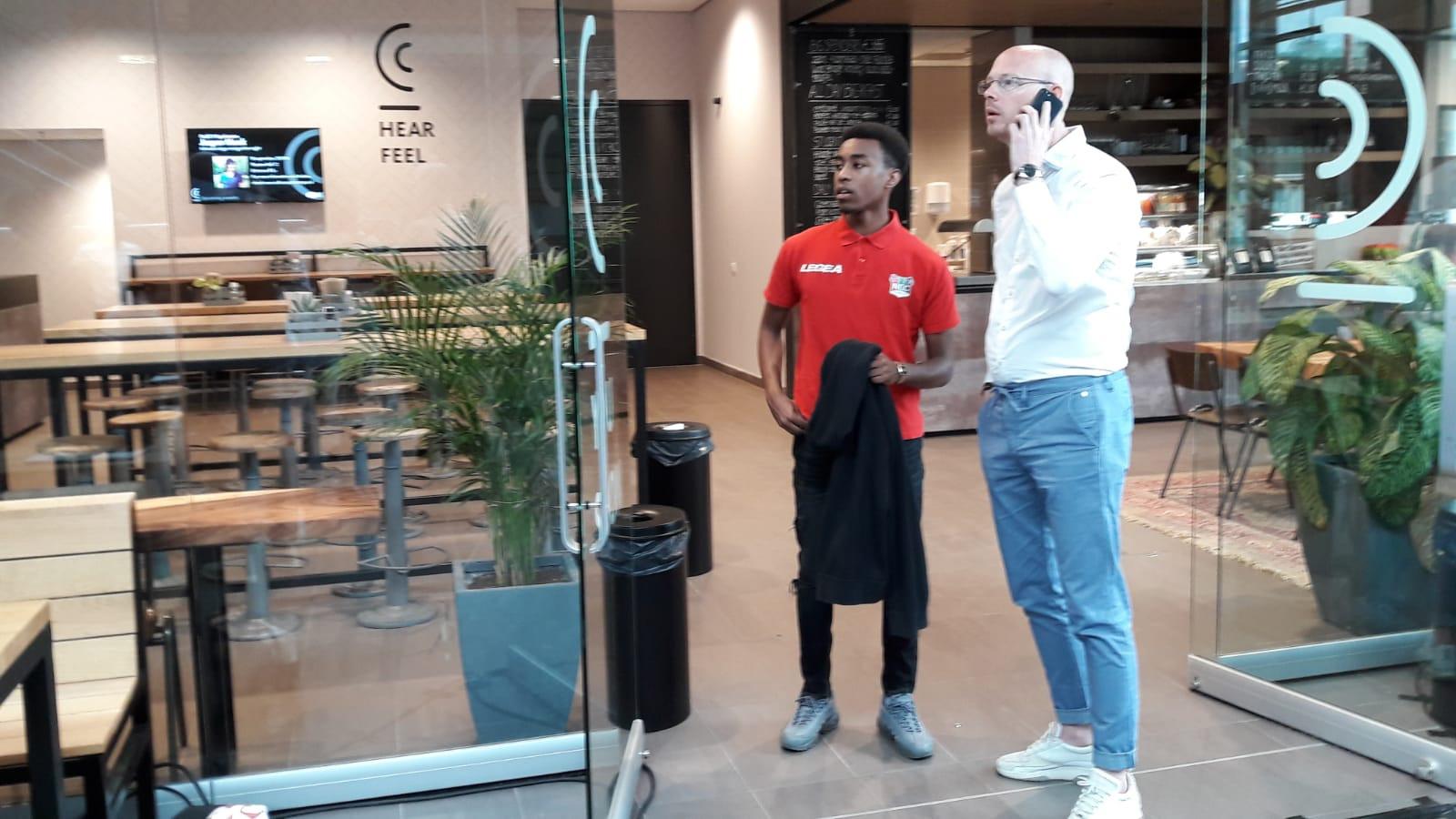 Mike Trésor Ndayishimiye (links) samen met technisch directeur Remco Oversier