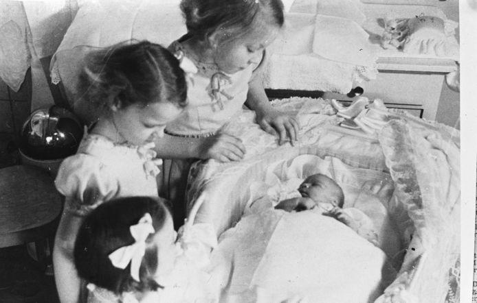 De zusjes Magriet, Irene en Beatrix zien Christina voor het eerst, 1947.