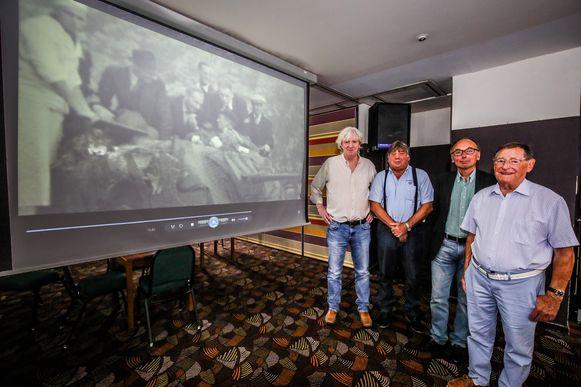 (vlnr) Werner Rotsaert, Roger Jonckheere, Patrick Vanslambrouck en getuige Andries De Gryse stellen fier de film 'Oorlog, bevrijding en repressie in Oostende' voor.