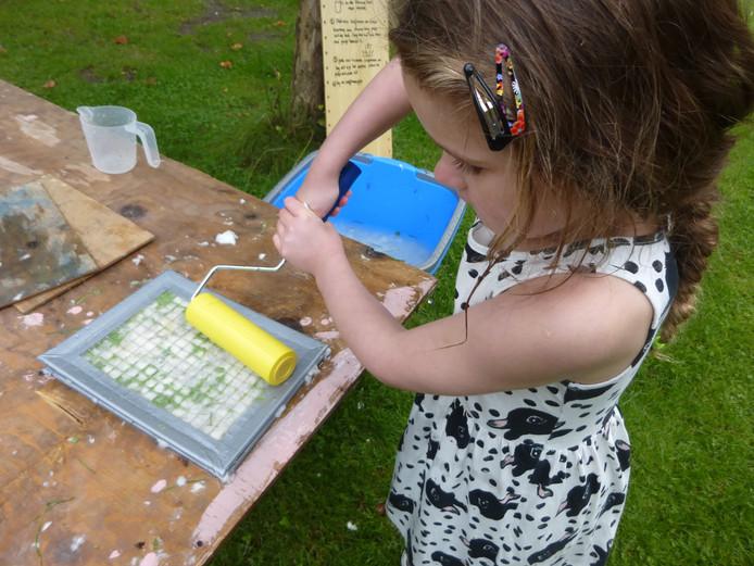 Een jonge kunstenares in actie.