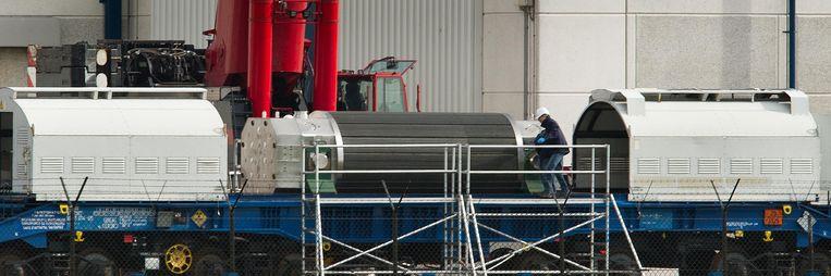Een transport met kernafval afkomstig uit de kerncentrale van Borssele wordt klaargemaakt voor vertrek per trein naar de nucleaire verwerkingsfabriek in het Franse La Hague. Beeld anp