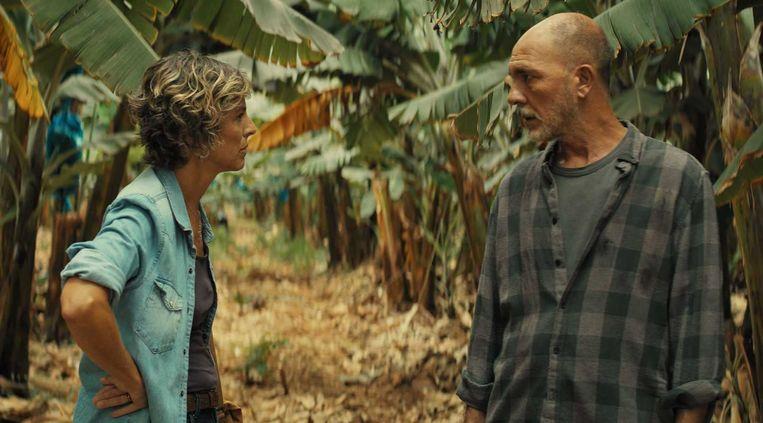 Diaz (Dario Grandinetti) wordt op zijn plantage ondervraagd door politieagent Reyes.   Beeld