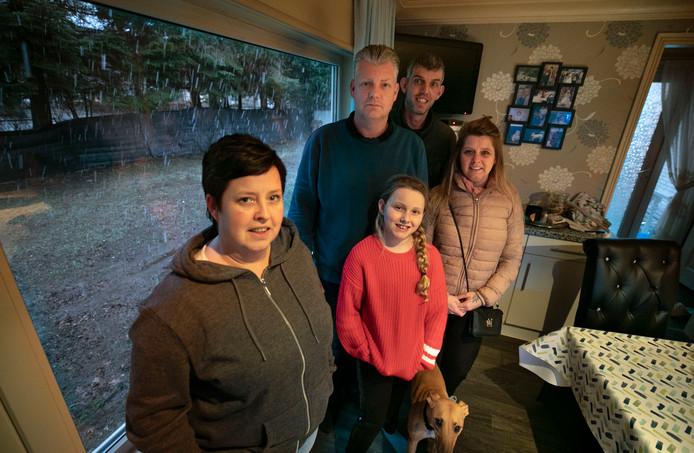 Petra, Ralf, Stephan en Rita (v.l.n.r.), vooraan Romy. Door het raam is de bouwlocatie te zien.