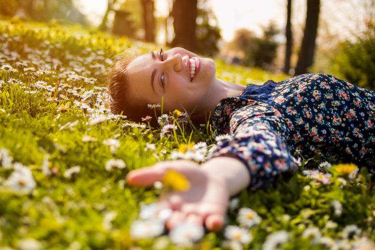 Ga eens lekker in het gras liggen en van de zonnestralen op je gezicht genieten: de kunst van het niks doen.