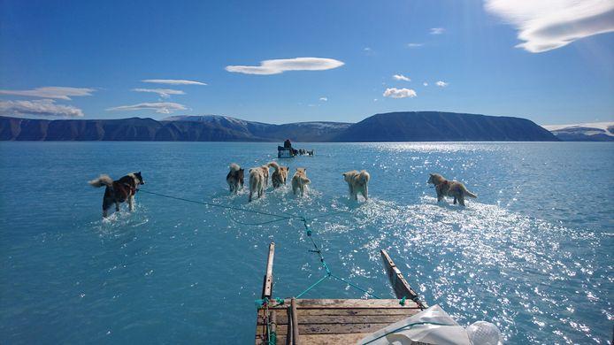 Beelden van een expeditie op Groenland waar door de hoge temperaturen meer ijs is gesmolten dan verwacht.