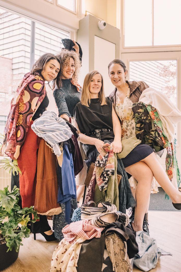 Vintage kleding sale met Chanaya van Soeren (l.), Dagmar Holtman, Maaike Godts en Floor van den Broek.