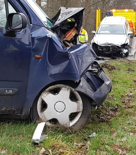 Auto's total loss na botsing nabij Haaksbergse grens met Berkelland