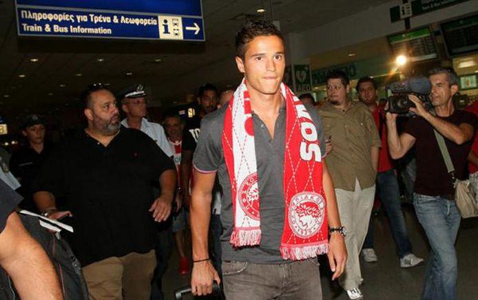 Hoge verwachtingen in Athena bij de aankomst van Ibrahim Afellay, die al snel een sjaaltje van Olympiakos om zijn nek heeft.