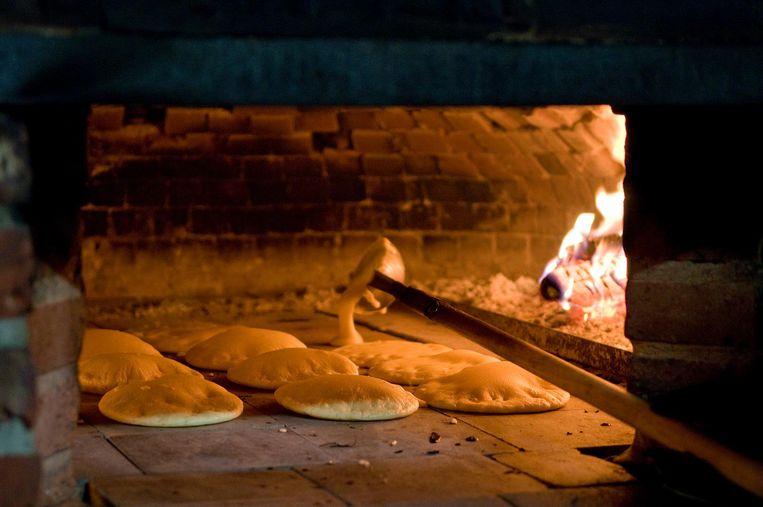 """Het typische beeld van de geutelingen die zich opblazen in de met hout gestookte oven. """"De enige correcte manier om de geuteling te bereiden"""", zegt het comité."""