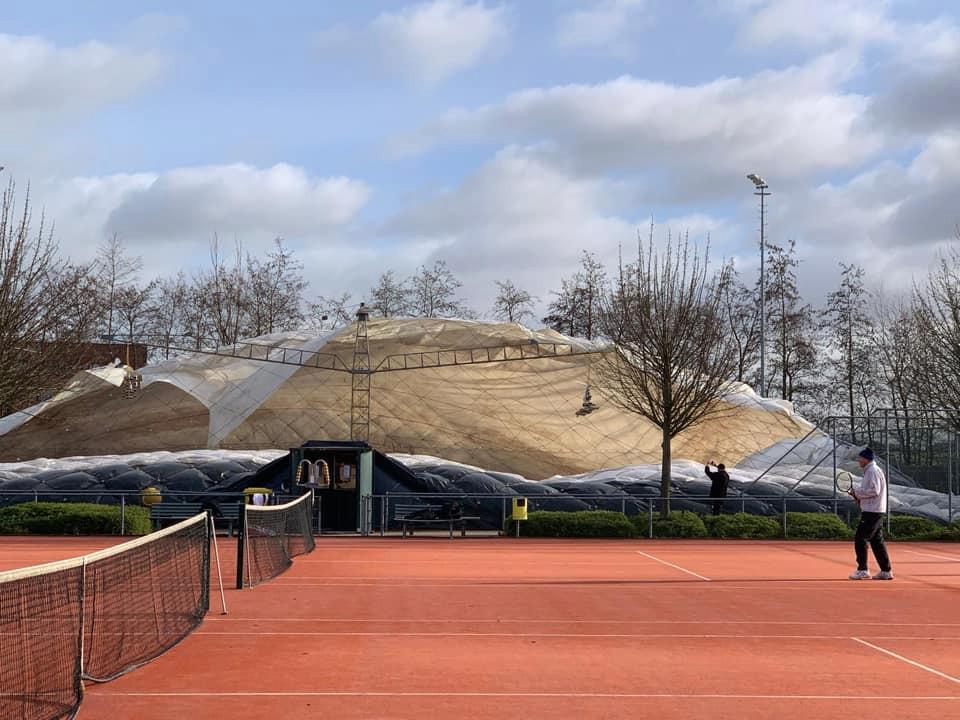 De ballonhal van de Nootdorpse Tennisclub is vanmorgen ingestort