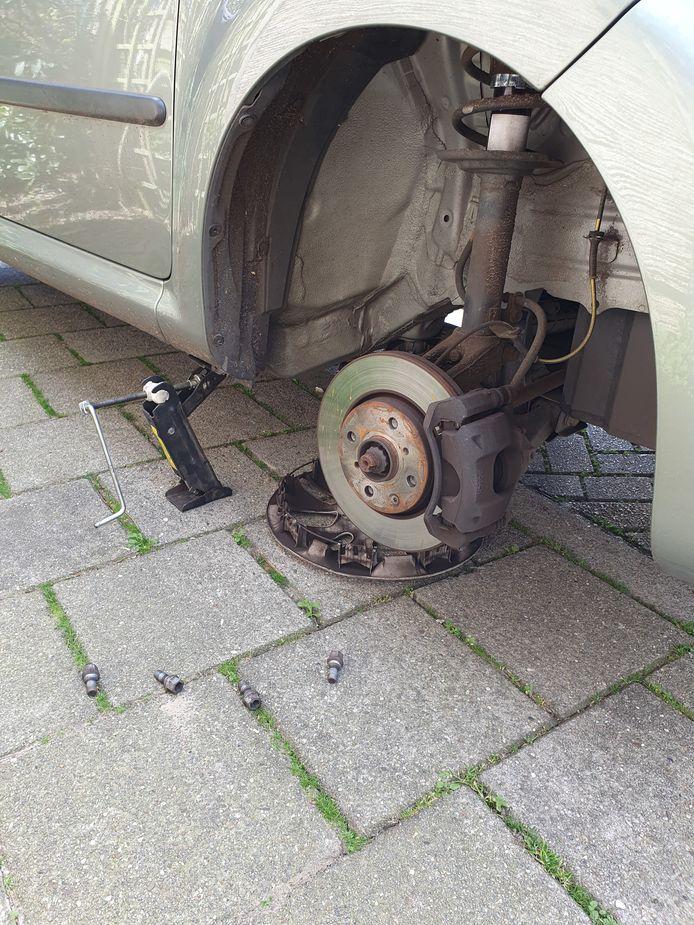 Zo trof Joost van de Graaf zondag zijn auto aan: zonder rechtervoorwiel. De dief was zo 'vriendelijk' de gebruikte krik achter te laten.