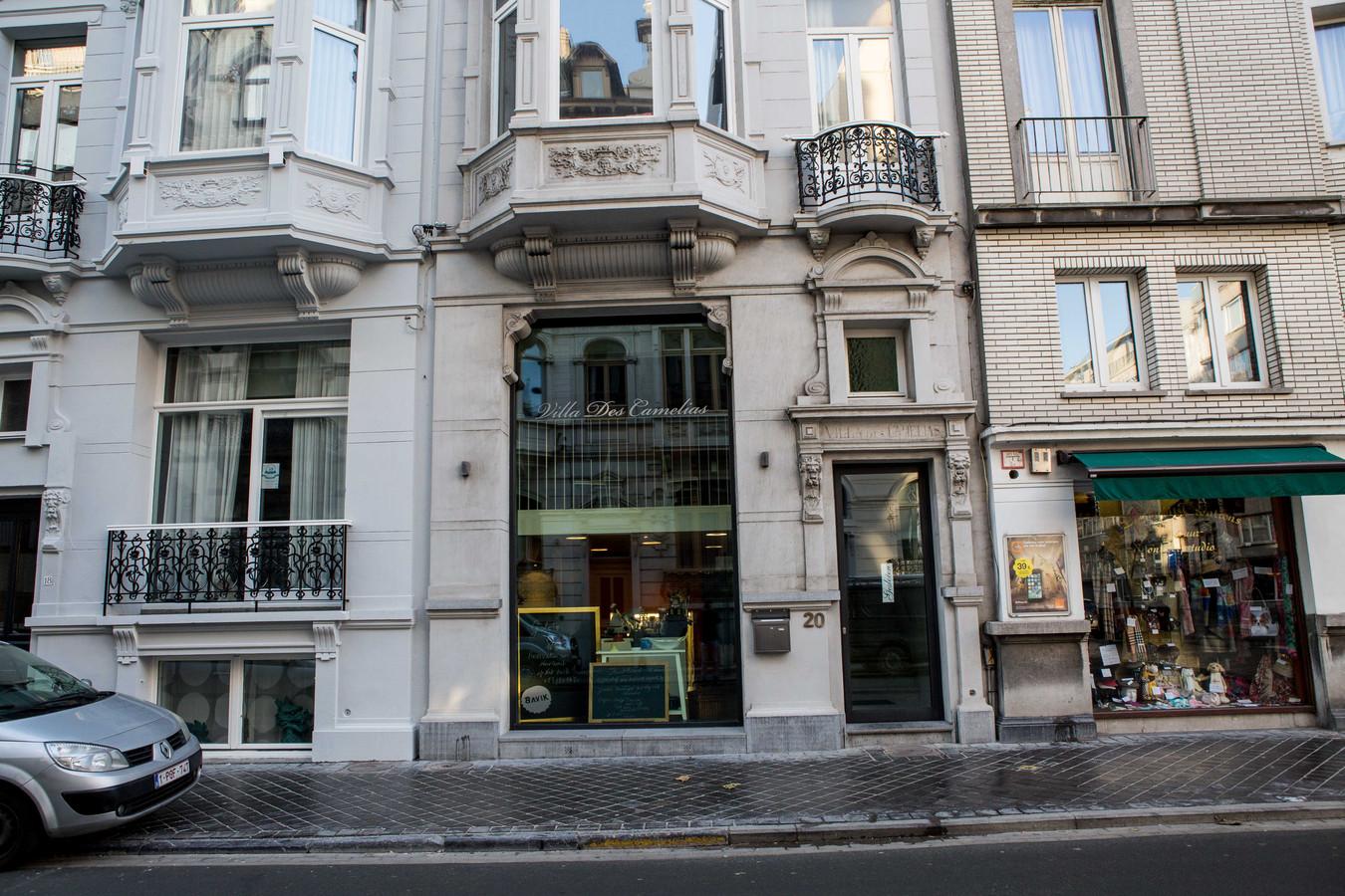 Het pand van Villa des Camélias langs de Kemmelbergstraat, met boven de keuken in de vitrine, waar alles zal gebeuren.