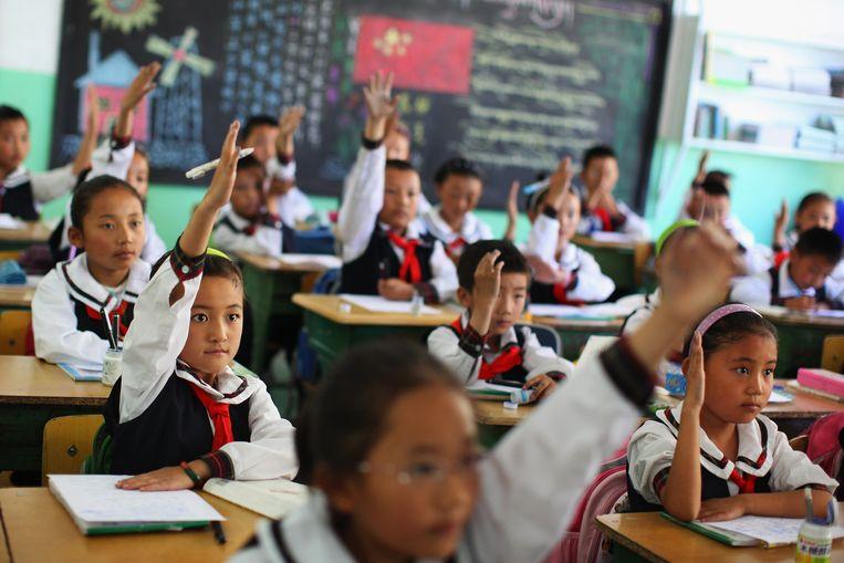 Kinderen op een basisschool in de Tibetaanse hoofdstad Lhasa. De eigen taal wordt er steeds meer verdrongen door het Chinees. Beeld Getty Images