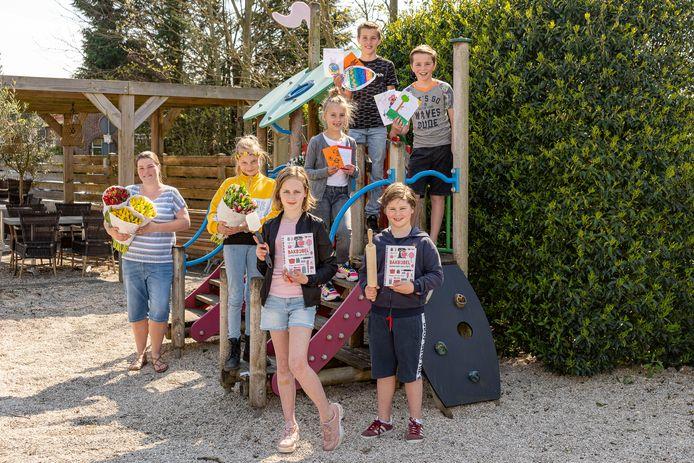 Links staat Tanja Gillissen. Achter vlnr staan: Sofie Winkels, Fiene Leeuwe, Gijs Leeuwe en Loek van Leeuwen. Voor staan: Eve en Bodhi Oudesluijs