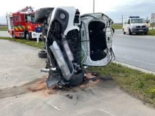 Grote ravage nadat Mercedes signalisatiepalen en betonblokken ramt in Zeebrugge