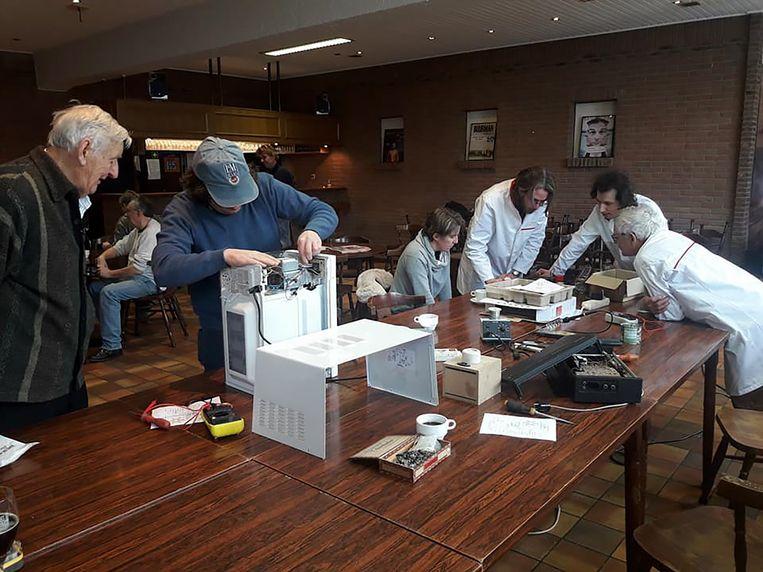 Het Repair Café vindt om de drie maand plaats in de Brandwoeker.