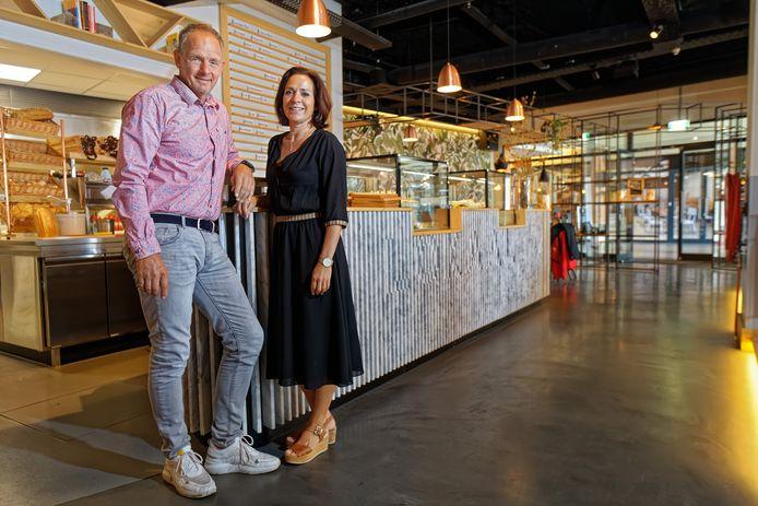 Rob Marcelissen en Anielka Menner in hun SMAAK Lokaal in Rijen. Ze hebben recent verbouwd en een naastgelegen pand bij hun zaak getrokken. Nu moet het centrum nog verder aangepakt worden wat hen betreft.