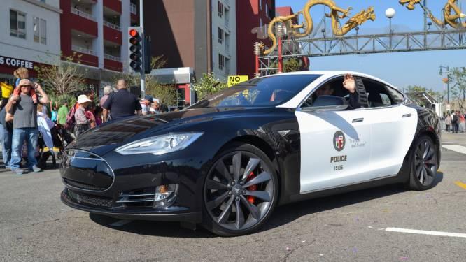 Tesla-politiewagen moet achtervolging staken door lege batterij