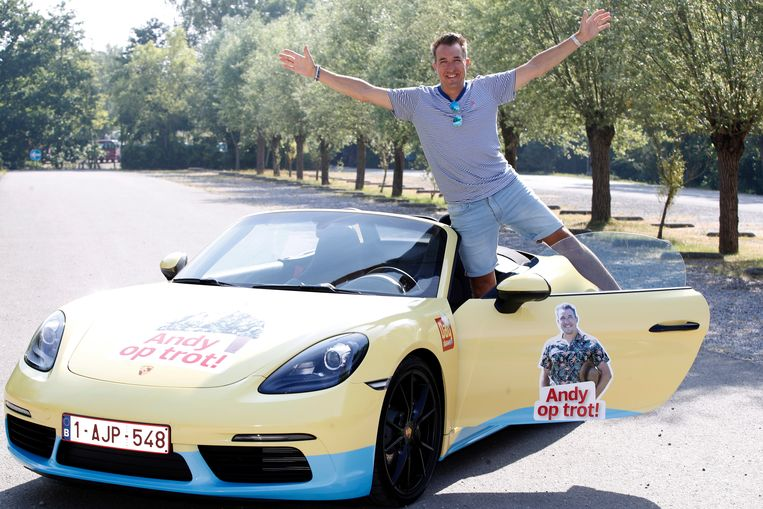 Andy in z'n bestickerde Porsche cabriolet