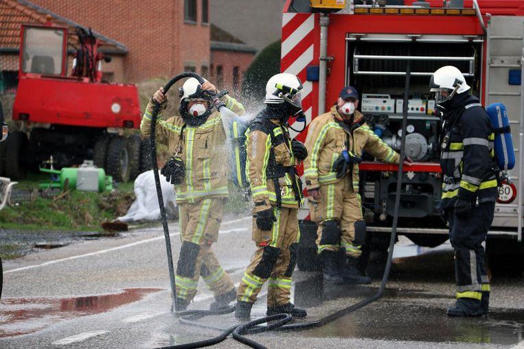De brandweermannen aan de Kiezel reinigen hun pakken.
