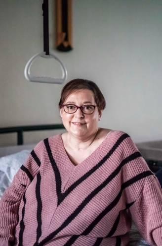 """Annick Moyaerts (46) vocht 218 dagen in het ziekenhuis tegen corona: """"Toen ik wakker werd, heb ik aan mijn deken gefriemeld. Om te voelen of het wel echt was"""""""
