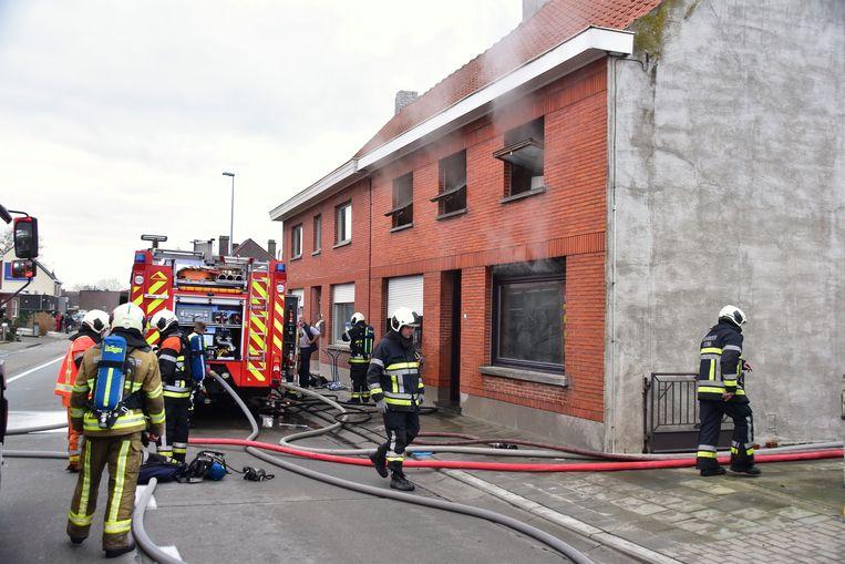 Toen de blussingswerken hun einde naderden, ontsnapte nog altijd behoorlijk wat rook uit de woning.