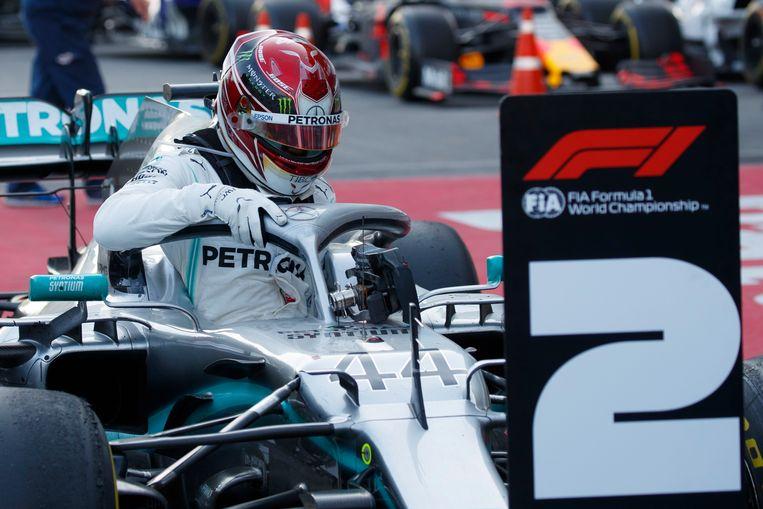 Lewis Hamilton kruipt uit zijn Mercedes.