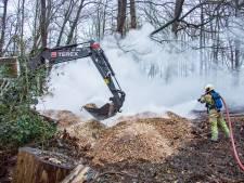 Brandweer druk met brandende houtsnippers in Nieuwersluis