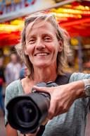 Fien Kraanen (rechts) uit Nijmegen is met haar camera vaak daar te vinden waar mensen zijn. Op verzoek van deze krant maakte zij foto's op de kermis in Oss, de stad van haar jeugd. Meer werk van haar is te vinden op fkraanen.wixsite.com/fienkraanen.